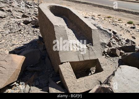On s'y perd ! Cliquez ici pour remettre vos croyances dans le bon sens. - Page 12 Unfinished-sarcophagus-abandoned-in-the-schist-quarries-at-wadi-hammamat-bgfjyj